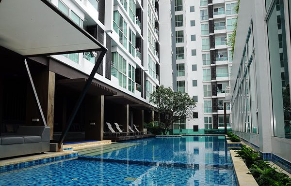 Ideo-Mix-Phaholyothin-Bangkok-condo-for-sale-swimming-pool